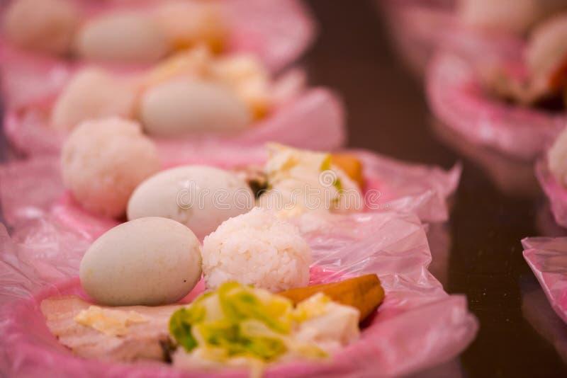 Κινεζική θρησκευτική πίστη, εθιμοτυπικές προσφορές, χοιρινό κρέας, λαχανικά, ξηρό φασόλι, αυγά, σφαίρες ρυζιού, στοκ εικόνες