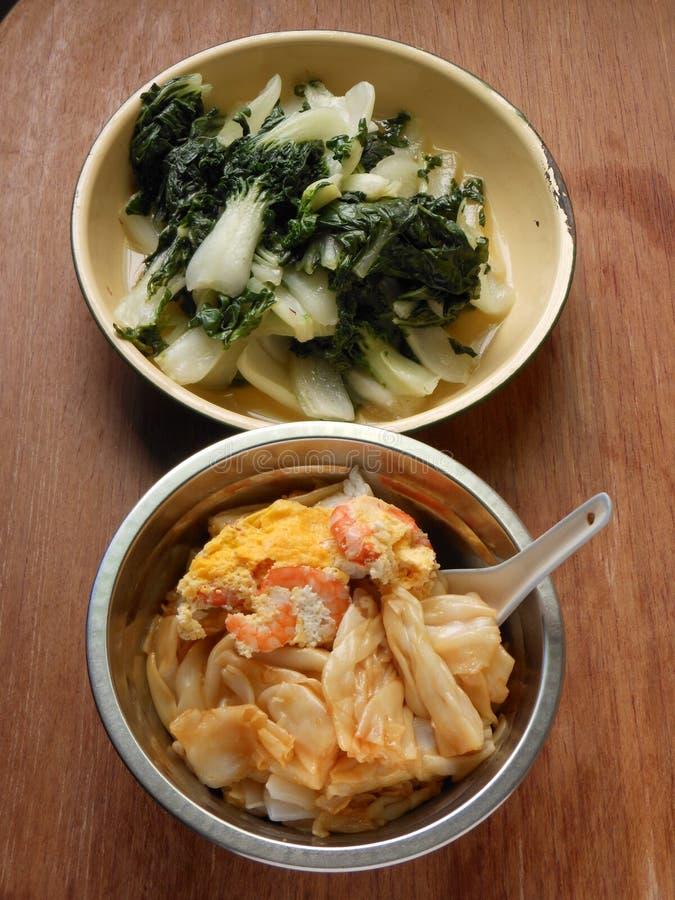 Κινεζική διασκέδαση Chee Cheong μεσημεριανού γεύματος και bok choy στοκ εικόνες με δικαίωμα ελεύθερης χρήσης