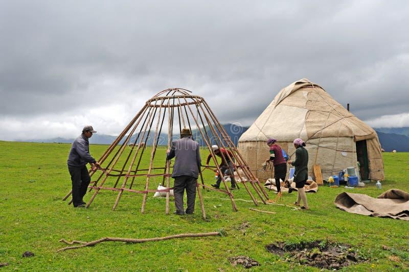 Κινεζική κατασκευή ανθρώπων του Καζάκου yurts στοκ φωτογραφίες