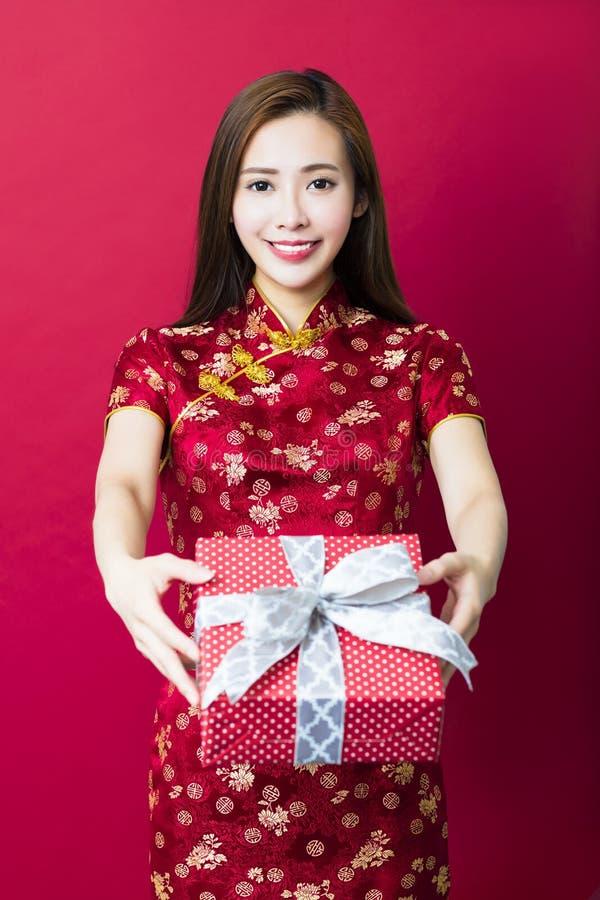 κινεζική καλή χρονιά νεολαίες γυναικών εκμετάλλευσης δώρων κιβωτίων στοκ εικόνα με δικαίωμα ελεύθερης χρήσης