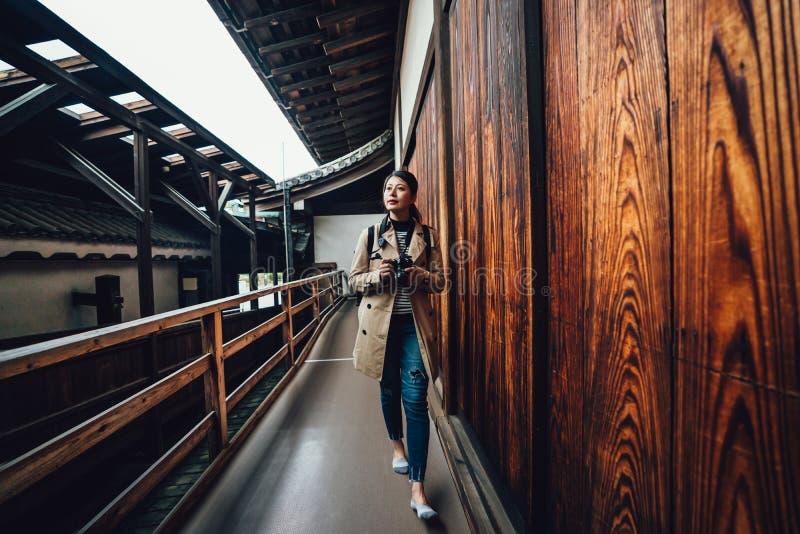 Κινεζική κυρία που περπατά στο ιαπωνικό κάστρο διαδρόμων στοκ εικόνες με δικαίωμα ελεύθερης χρήσης