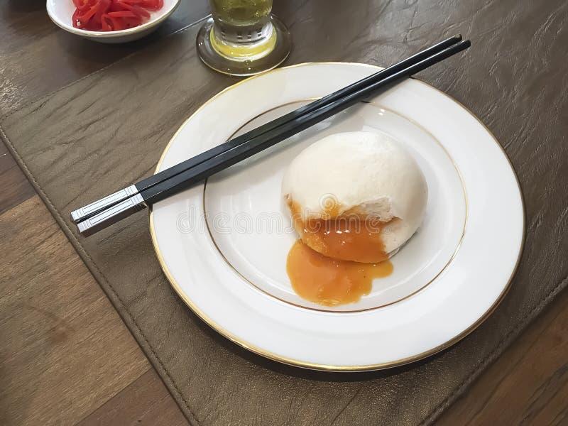 Κινεζική λέκιθου κινηματογράφηση σε πρώτο πλάνο κουλουριών κρέμας βρασμένη στον ατμό λάβα στοκ εικόνες