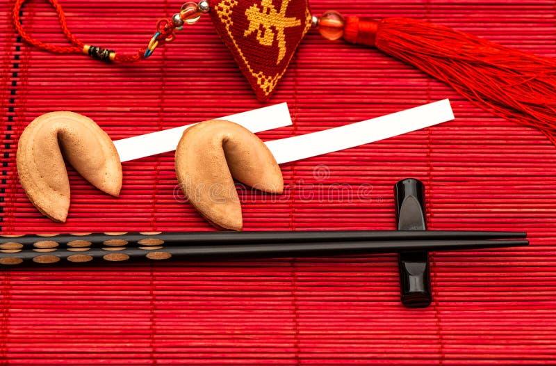 Κινεζική νέα τυχερή γοητεία ετών, μπισκότα τύχης και μαύρο chopsti στοκ φωτογραφία