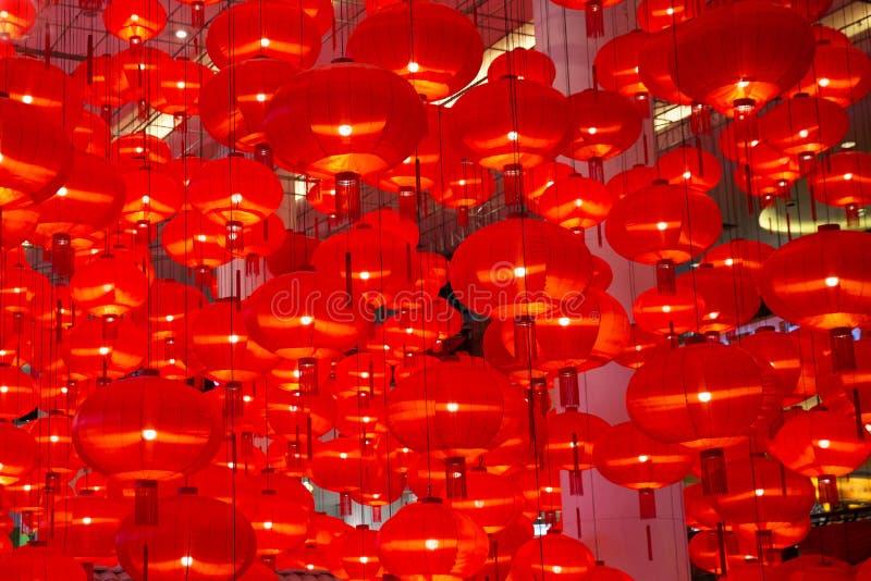 Κινεζική νέα latern διακόσμηση εγγράφου έτους κόκκινη στη λεωφόρο αγορών στοκ εικόνα