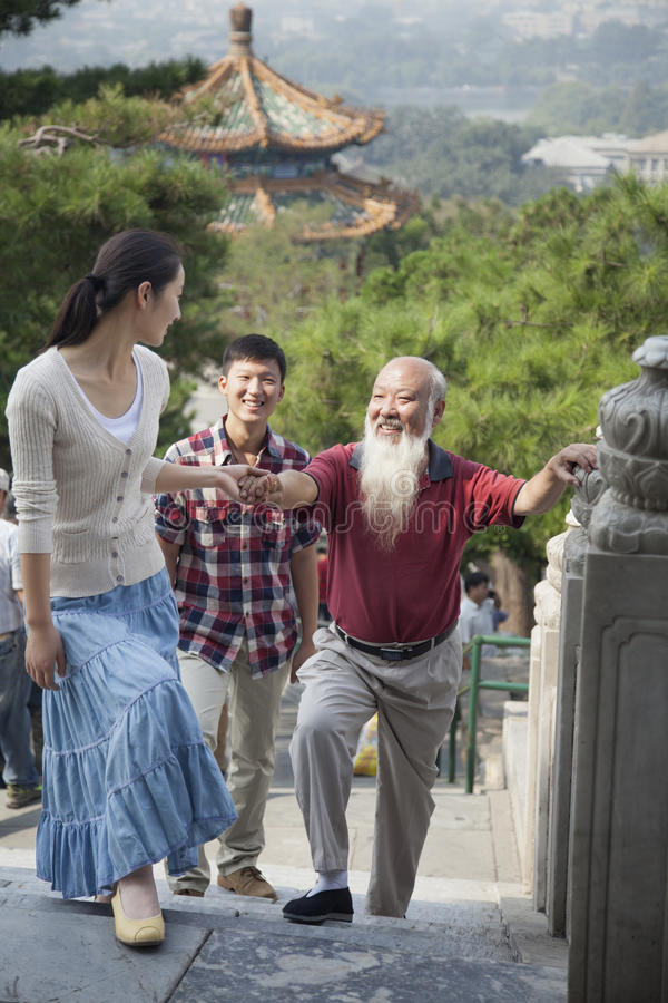 Κινεζική οικογένεια που περπατά στο πάρκο Jing Shan στοκ εικόνα με δικαίωμα ελεύθερης χρήσης