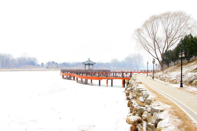 Κινεζική παραδοσιακή ξύλινη γέφυρα ύφους στο χιόνι στοκ εικόνες