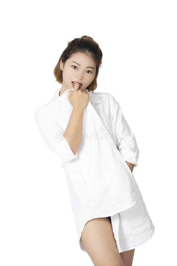 Κινεζική τοποθέτηση γυναικών στο άσπρο πουκάμισο στο άσπρο υπόβαθρο στοκ εικόνα με δικαίωμα ελεύθερης χρήσης