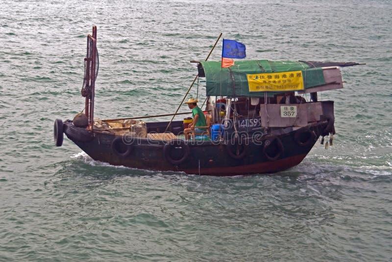 Κινεζική sampan ναυσιπλοΐα σε έναν κόλπο Χονγκ Κονγκ στοκ εικόνα