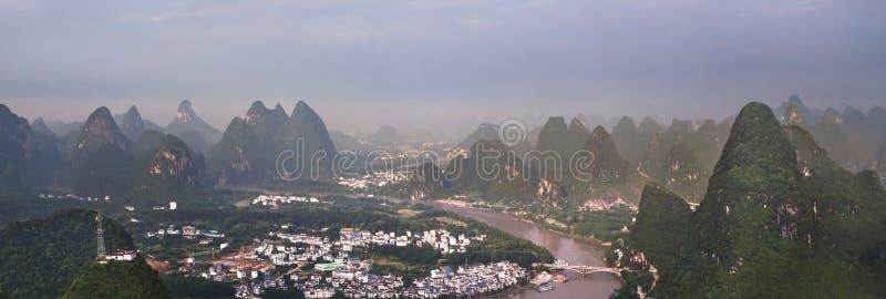 Κινεζικοί τομείς και βουνά του χωριού ρυζιού στοκ εικόνες