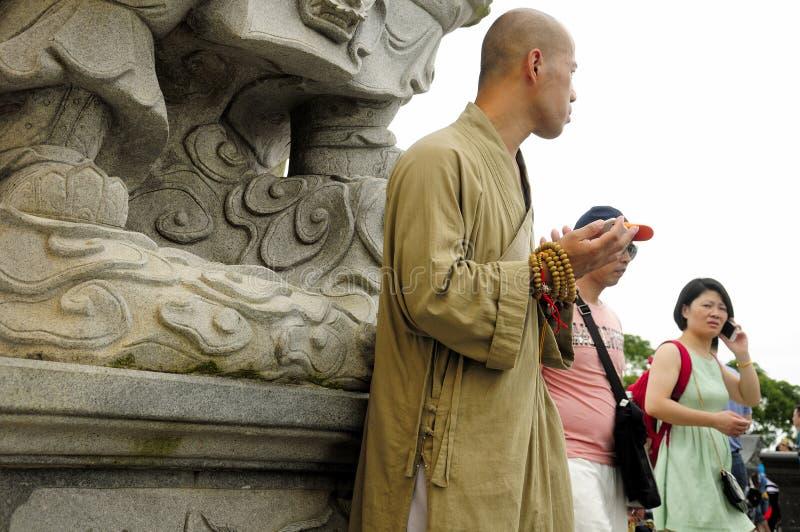 Κινεζικός βουδιστικός μοναχός στην Κίνα στοκ φωτογραφία