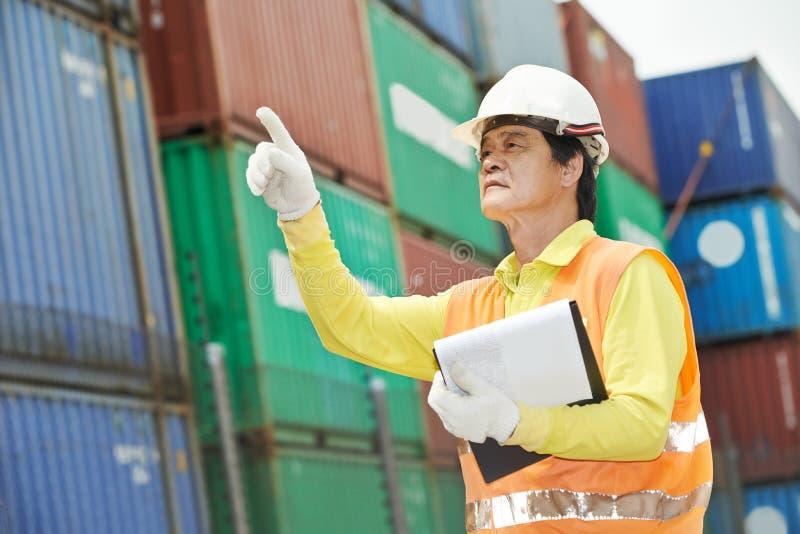 Κινεζικός εργαζόμενος αποθηκών εμπορευμάτων αποβαθρών στοκ φωτογραφία