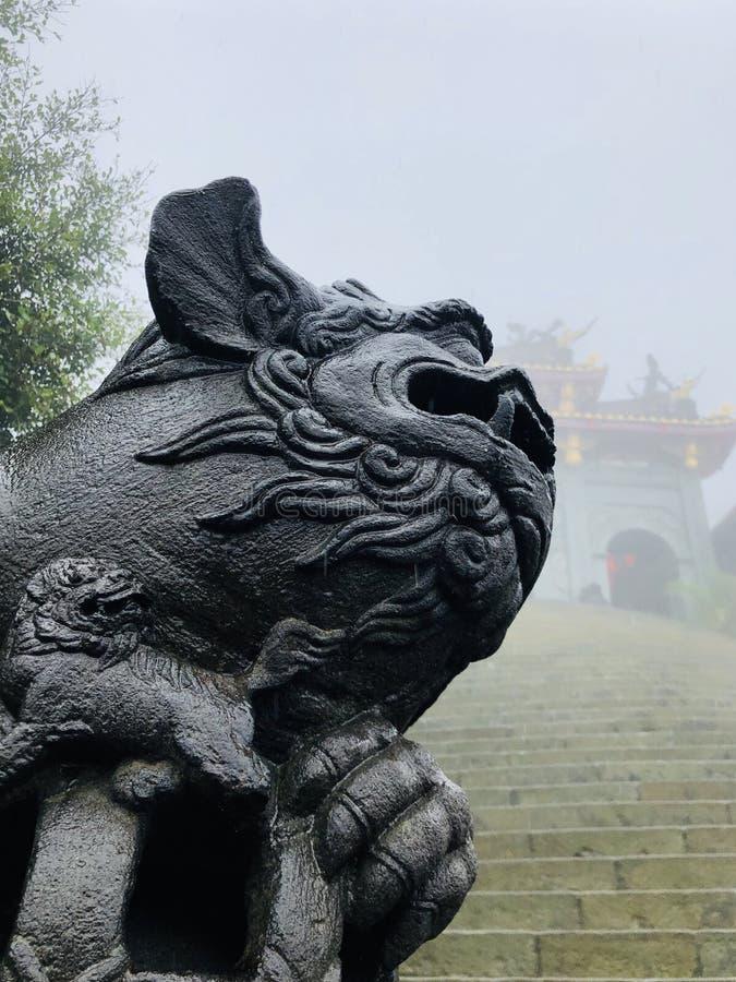 Κινεζικός ναός στην ομίχλη στοκ φωτογραφίες