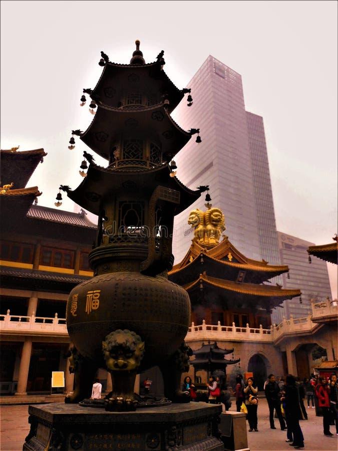 Κινεζικός παράδοση και νεωτερισμός, θρησκεία και ουρανοξύστης στοκ εικόνα με δικαίωμα ελεύθερης χρήσης