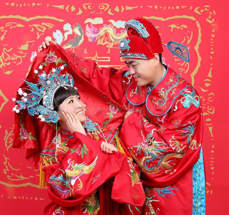 κινεζικός παραδοσιακός γάμος ζευγών υφασμάτων στοκ εικόνες με δικαίωμα ελεύθερης χρήσης
