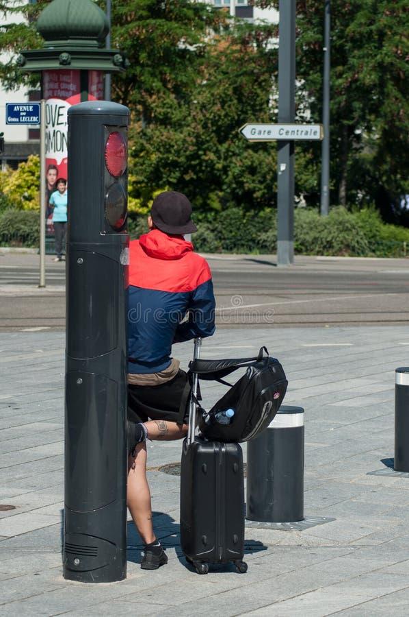 Κινεζικός τουρίστας με τη βαλίτσα που περιμένει μπροστά από το σταθμό τρένου στοκ εικόνα με δικαίωμα ελεύθερης χρήσης