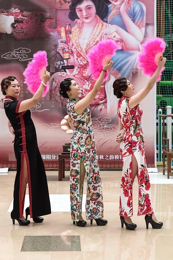 Κινεζικός χορός ανεμιστήρων cheongsam στοκ εικόνες με δικαίωμα ελεύθερης χρήσης