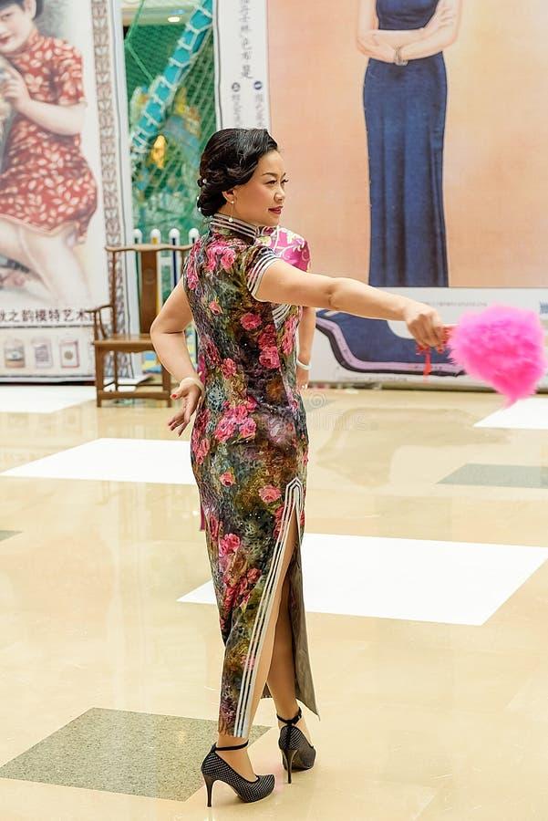 Κινεζικός χορός ανεμιστήρων cheongsam στοκ φωτογραφίες
