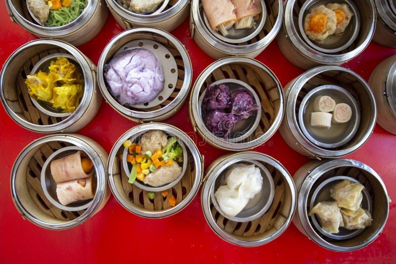 Κινεζικό αμυδρό ποσό τροφίμων στη σφαίρα κιβωτίων ατμοπλοίων μπαμπού, έννοια: Παραδοσιακός ασιατικός πολιτισμός ορεκτικών, εύγευσ στοκ εικόνα