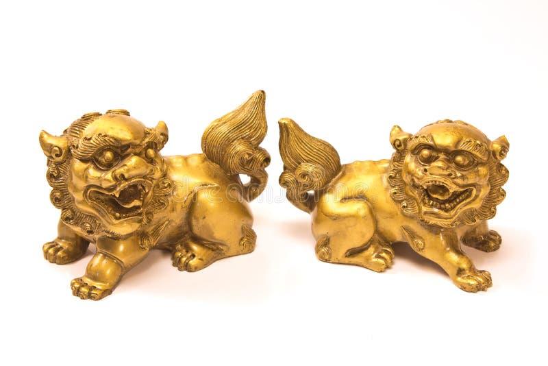 Κινεζικό αυτοκρατορικό άγαλμα δράκων λιονταριών που απομονώνεται στο λευκό στοκ εικόνες