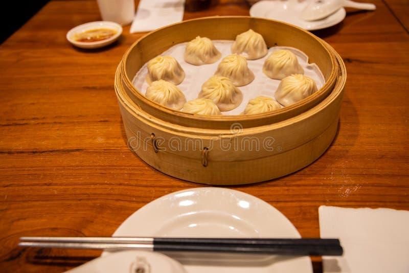 Κινεζικό βρασμένο στον ατμό βρασμένο κουλούρι ονομασμένο baozi Xiaolongbao αποκαλούμενο επίσης μπουλέττα σούπας στοκ εικόνες
