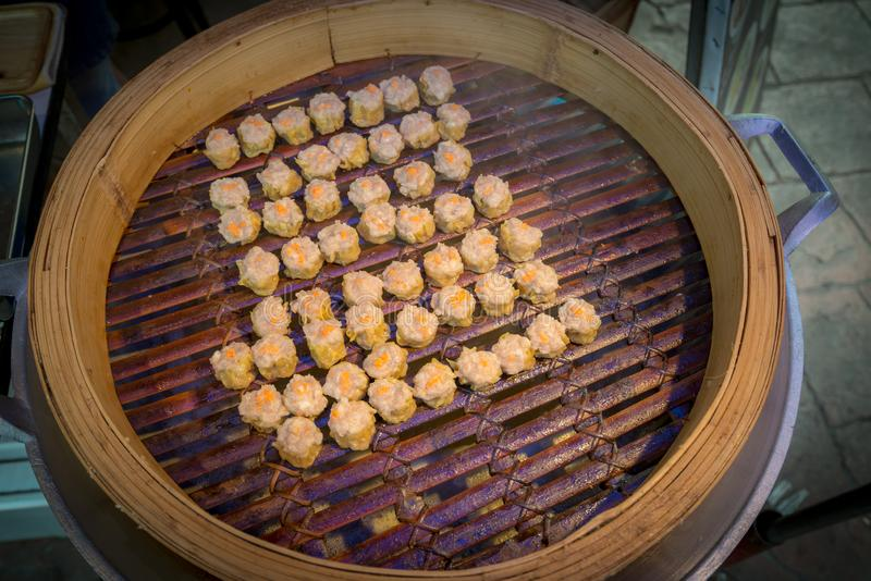 Κινεζικό βρασμένο στον ατμό SIU Mai ποσού μπουλεττών αμυδρό στο δοχείο ταινιών στοκ εικόνα με δικαίωμα ελεύθερης χρήσης