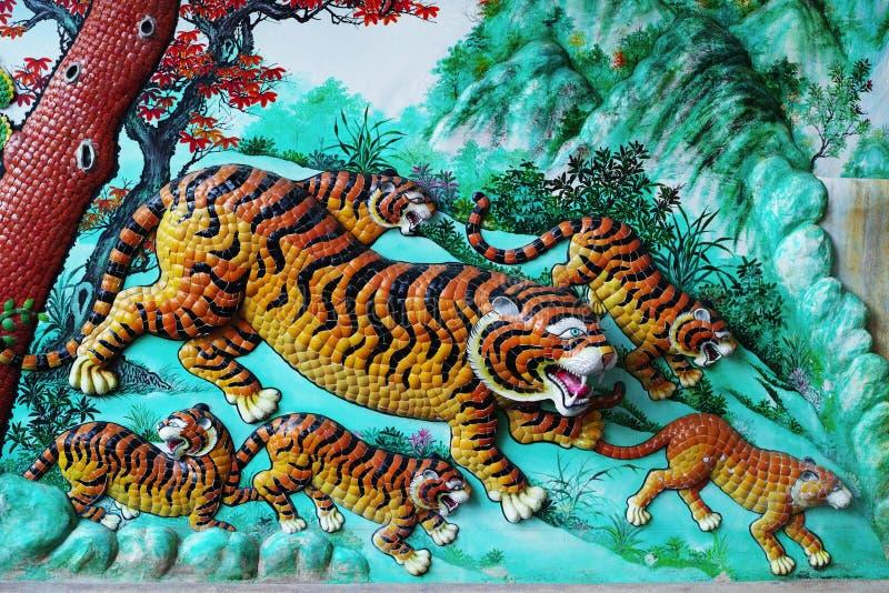 Κινεζικό γλυπτό τιγρών στον τοίχο στοκ φωτογραφία