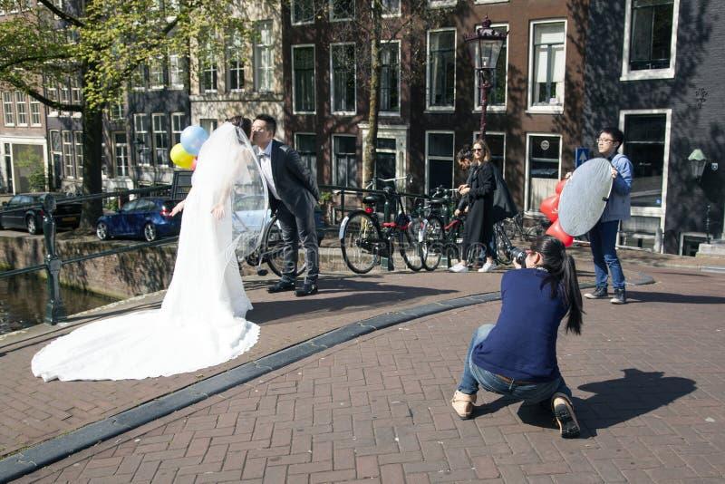Κινεζικό ζευγάρι ακριβώς παντρεμένο στο Άμστερνταμ στοκ φωτογραφίες