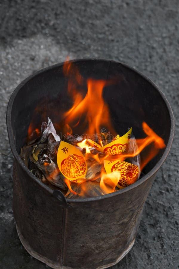 Κινεζικό κάψιμο εγγράφου κινέζικων ειδώλων στις φλόγες στοκ εικόνες με δικαίωμα ελεύθερης χρήσης