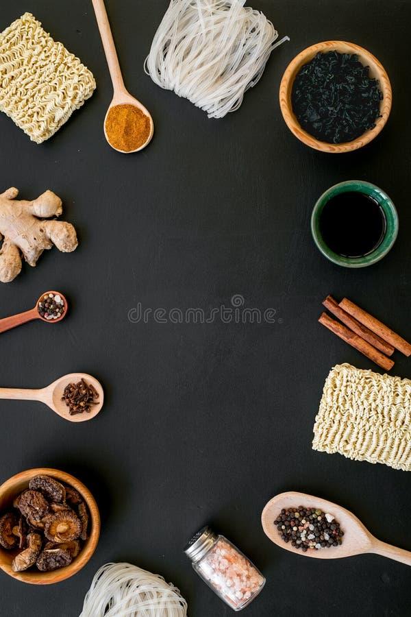Κινεζικό και ιαπωνικό μαγείρεμα τροφίμων με το πλαίσιο πιπεροριζών, κ στοκ εικόνες