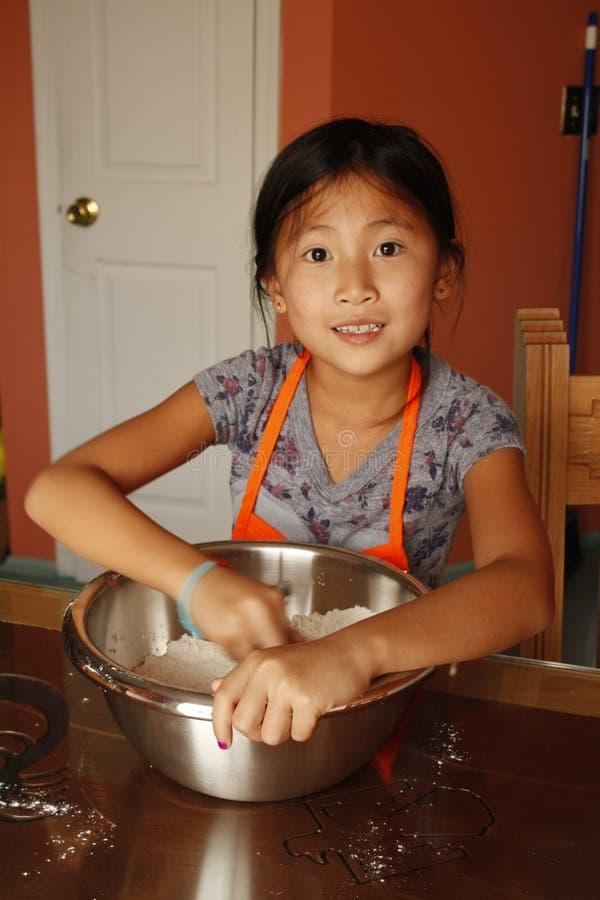 Κινεζικό κορίτσι που κατασκευάζει τη ζύμη στοκ φωτογραφίες