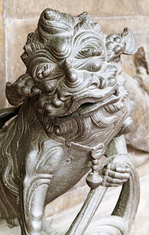 Κινεζικό λιοντάρι στην είσοδο ενός ναού στοκ φωτογραφίες