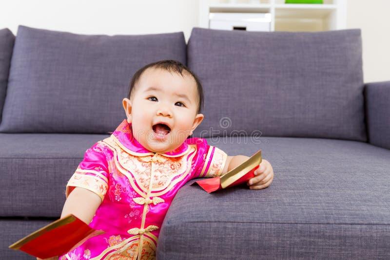 Κινεζικό μωρό που παίρνει την κόκκινη τσέπη στοκ εικόνες με δικαίωμα ελεύθερης χρήσης