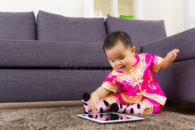 Κινεζικό μωρό που χρησιμοποιεί την ταμπλέτα στοκ εικόνες με δικαίωμα ελεύθερης χρήσης
