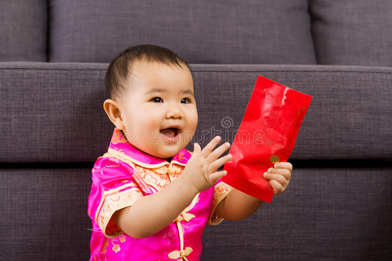 Κινεζικό μωρό τόσο ευτυχές για την κόκκινη τσέπη στοκ φωτογραφίες