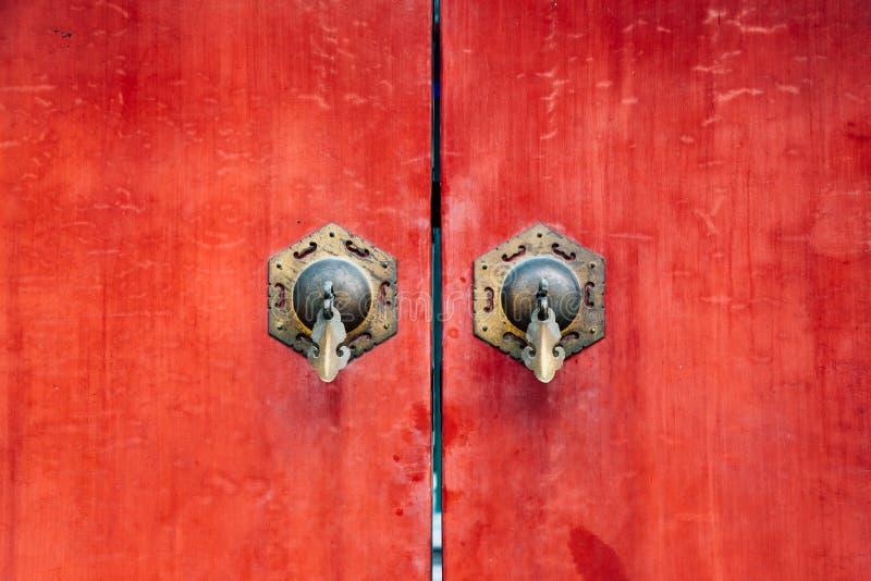 Κινεζικό παλαιό κόκκινο υπόβαθρο πορτών στοκ εικόνα