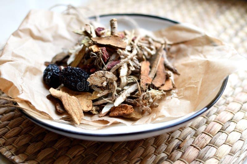 Κινεζικό παραδοσιακό χειρόγραφο ιατρικής Βοτανικό τσάι με jujubes, τα μούρα goji, gingseng τις ρίζες και άλλες σε χαρτί περγαμηνή στοκ φωτογραφία με δικαίωμα ελεύθερης χρήσης