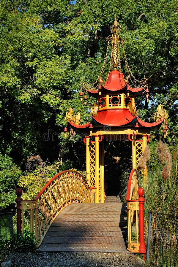 Κινεζικό περίπτερο με τη γέφυρα στο πάρκο της βίλας durazzo-Pallavicini στοκ φωτογραφίες με δικαίωμα ελεύθερης χρήσης