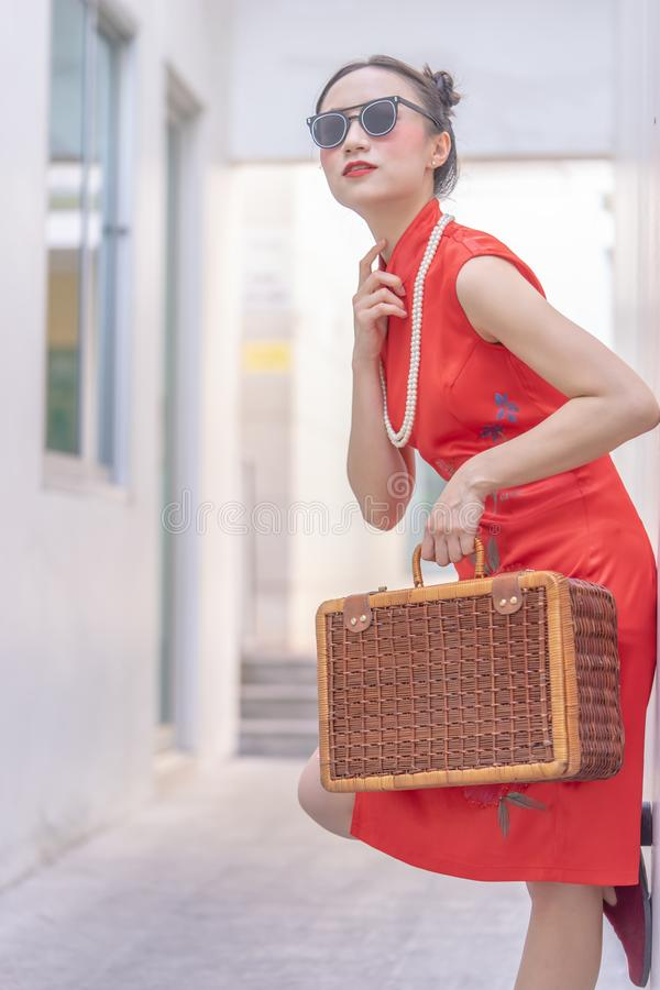 Κινεζικό πρότυπο μόδας με τα γυαλιά ηλίου και αποσκευές ταξιδιού για την έννοια ταξιδιού στοκ φωτογραφίες με δικαίωμα ελεύθερης χρήσης