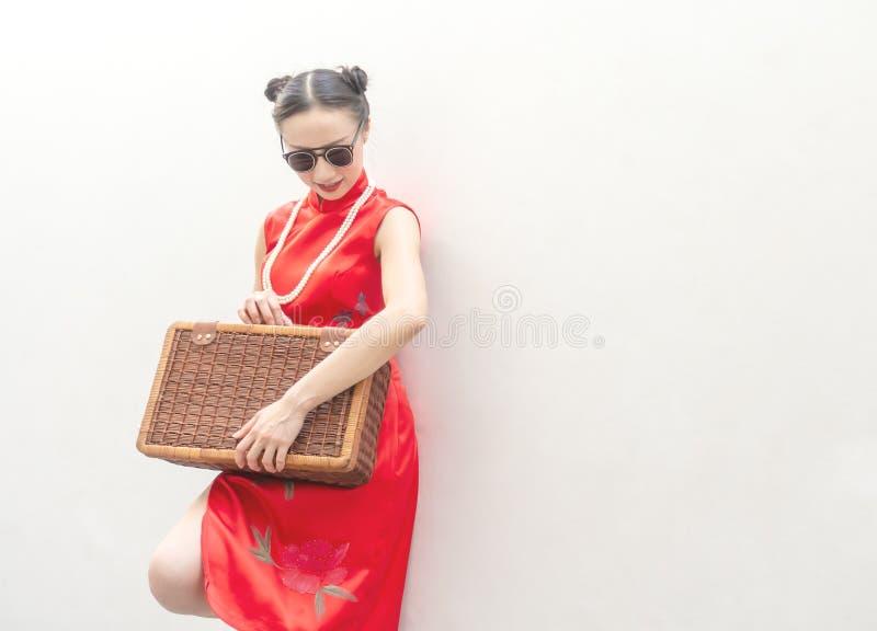 Κινεζικό πρότυπο μόδας με τα γυαλιά ηλίου και αποσκευές ταξιδιού για την έννοια ταξιδιού στο άσπρο υπόβαθρο στοκ φωτογραφία με δικαίωμα ελεύθερης χρήσης