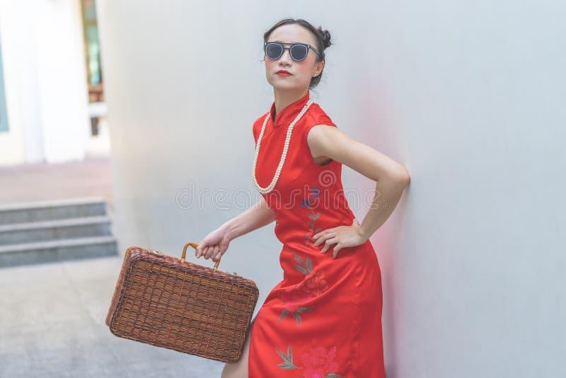 Κινεζικό πρότυπο μόδας με τα γυαλιά ηλίου και αποσκευές ταξιδιού για την έννοια ταξιδιού στοκ εικόνες με δικαίωμα ελεύθερης χρήσης