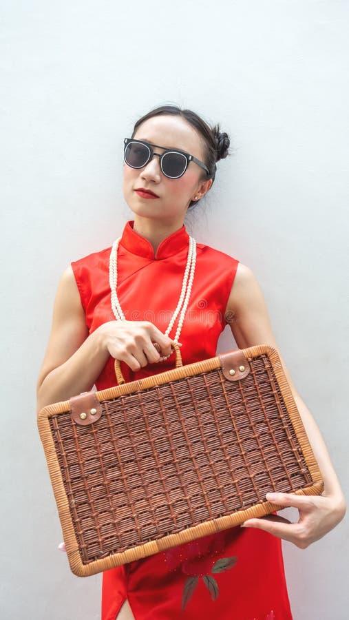 Κινεζικό πρότυπο μόδας με τα γυαλιά ηλίου και αποσκευές ταξιδιού για την έννοια ταξιδιού στο άσπρο υπόβαθρο στοκ εικόνα
