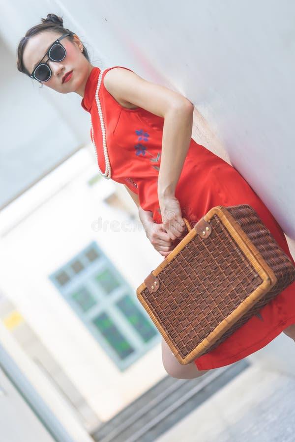 Κινεζικό πρότυπο μόδας με τα γυαλιά ηλίου και αποσκευές ταξιδιού για την έννοια ταξιδιού στοκ φωτογραφία