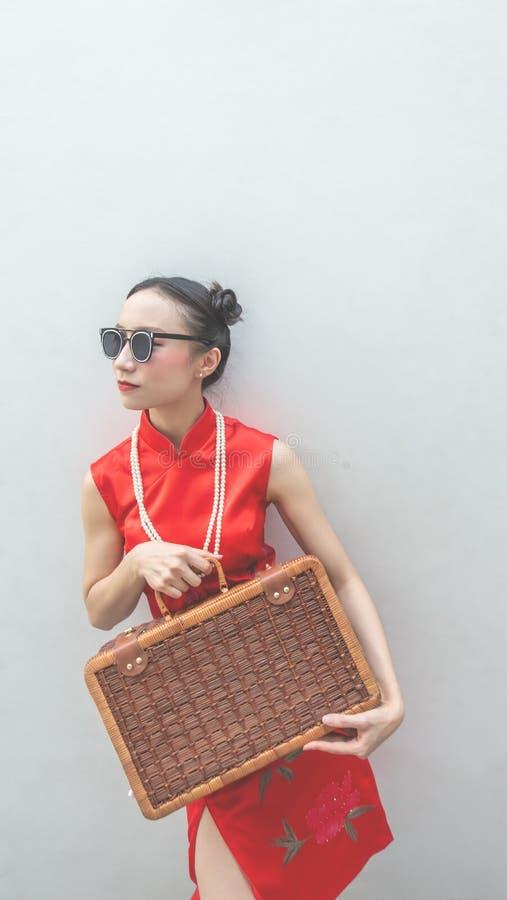 Κινεζικό πρότυπο μόδας με τα γυαλιά ηλίου και αποσκευές ταξιδιού για την έννοια ταξιδιού στο άσπρο υπόβαθρο στοκ φωτογραφίες