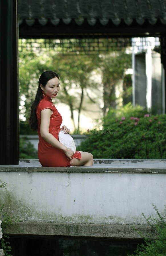 Κινεζικό πρότυπο cheongsam στον κινεζικό κλασσικό κήπο στοκ εικόνες με δικαίωμα ελεύθερης χρήσης