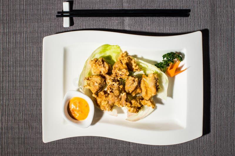 Κινεζικό τηγανισμένο κοτόπουλο με την πικάντικες σάλτσα και τη σαλάτα μαγιονέζας στοκ εικόνα με δικαίωμα ελεύθερης χρήσης