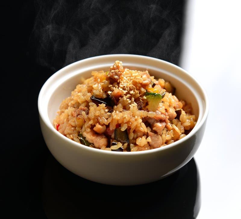 Κινεζικό τηγανισμένο ρύζι με τα λαχανικά, κοτόπουλο στοκ εικόνες
