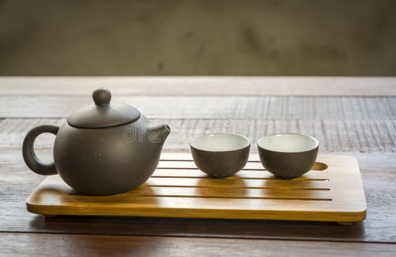 Κινεζικό τσάι που τίθεται σε ένα ξύλινο υπόβαθρο στοκ εικόνες με δικαίωμα ελεύθερης χρήσης