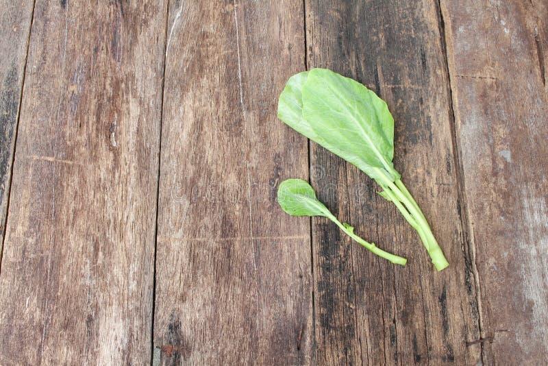 Κινεζικό φρέσκο λαχανικό κατσαρού λάχανου στο ξύλινο υπόβαθρο πατωμάτων στοκ φωτογραφία