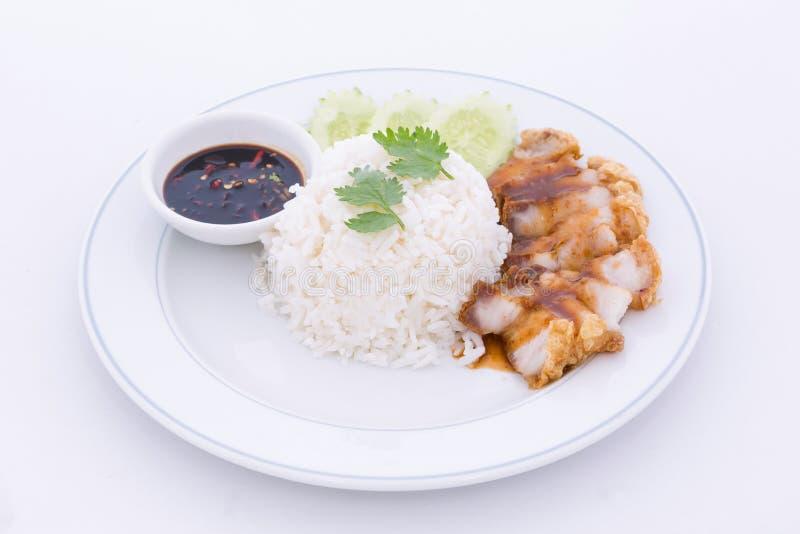 Κινεζικό ψημένο χοιρινό κρέας που εξυπηρετείται με τη σάλτσα σόγιας στοκ φωτογραφία