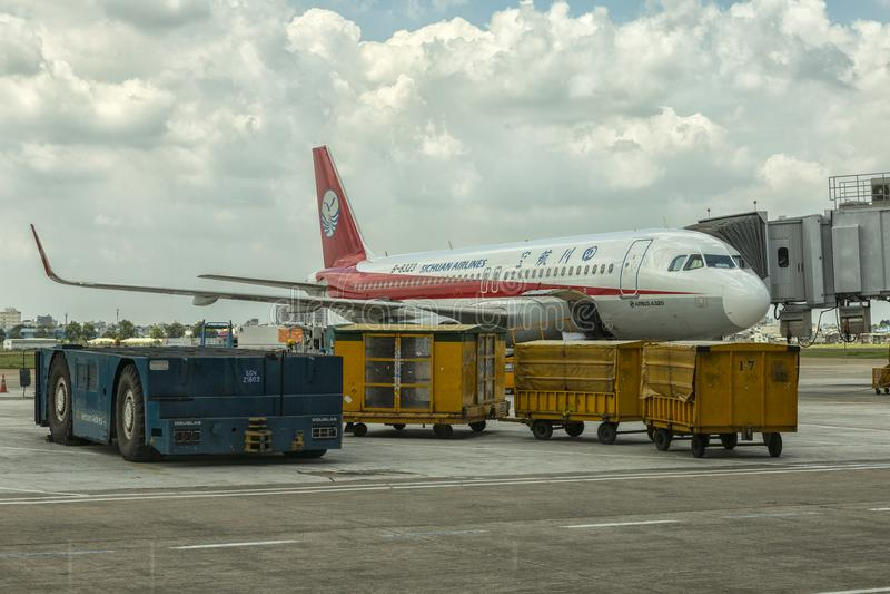 Κινεζικό Sichuan αεροπλάνο αερογραμμών Chi theHo στον αερολιμένα Minh στοκ φωτογραφίες με δικαίωμα ελεύθερης χρήσης